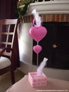 Centro de mesa  con corazones para despedida de soltera