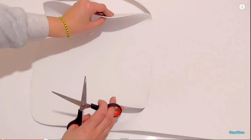 dobla la goma eva sobre la base que no has recortado dibuja el contorno con un lpiz para marcar el otro lado del bolso