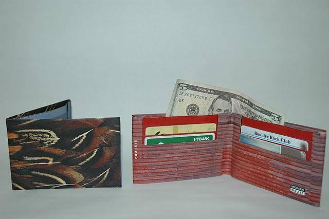 255b2d7b6 Cartera tipo sobre con hojas de revistas recicladas :: Una cartera ...