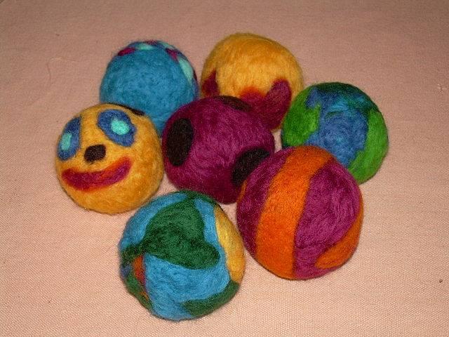 C mo hacer bolitas de fieltro para hacer manualidades for Manualidades para ninos con lana