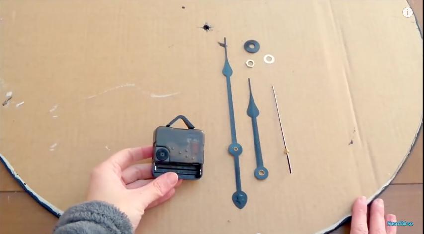 Reciclaje y craquelado de cart n tutorial para hacer un - Reloj grande de pared ...